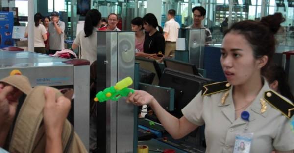 Hàng hoá nguy hiểm nào bị cấm xách tay lên máy bay ?