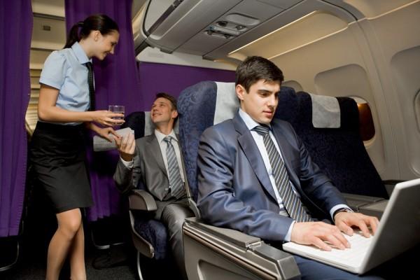 Tiếp viên hàng không để ý điều gì đầu tiên khi hành khách lên máy bay?